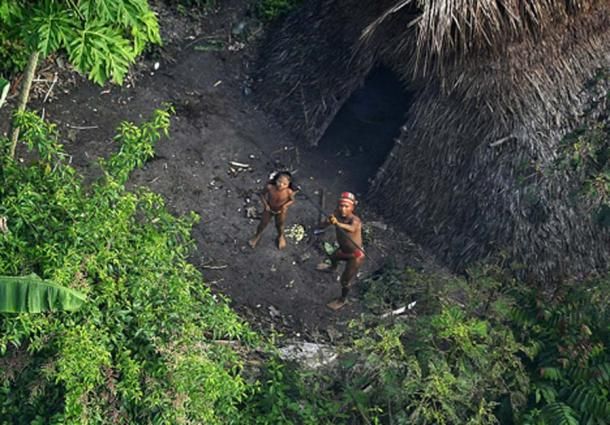 An uncontacted tribe in the jungle of Brazil. (CC BY SA 2.5)
