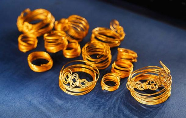 Ancient Egyptian jewelry bracelets and necklaces of gold (EdNurg / Adobe Stock)