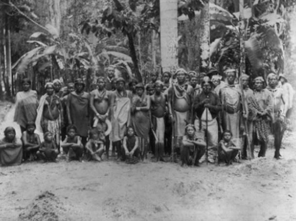 Arawak people gathered for an audience with the Dutch Governor, 1880 (Tropenmuseum / CC BY-SA 3.0)
