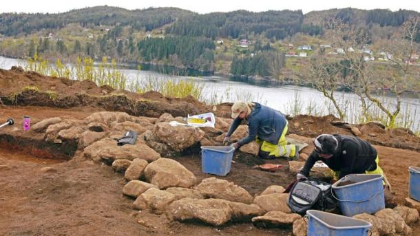 Archaeologist Cecilia Falkedahl and excavation leader Yvonne Dahl at the University Museum at the site. Elf stream in the background. (Image: University Museum at Bergen)