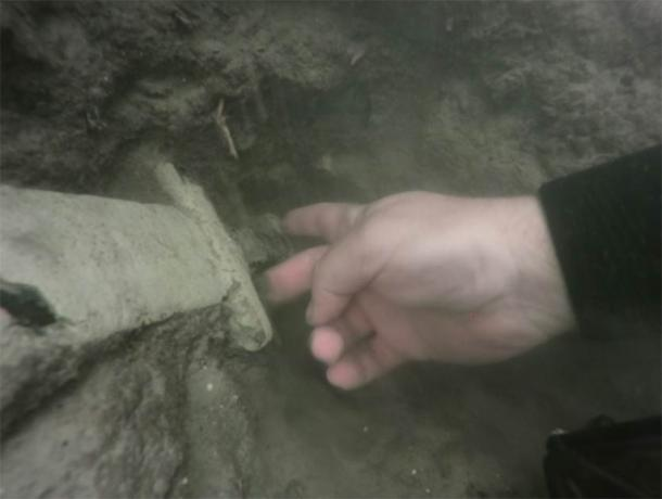 Archaeologist diver retrieving the sword from the lake. (Nicolaus Copernicus University)