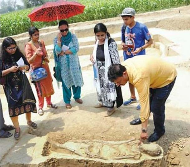 Archaeologists at the site in Baghpat. (G.N. Jha)