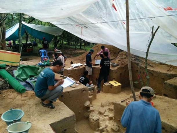 Archaeologists excavating a house mound in the Angkor Wat enclosure in 2015. (Alison Carter / CC BY-SA 4.0)