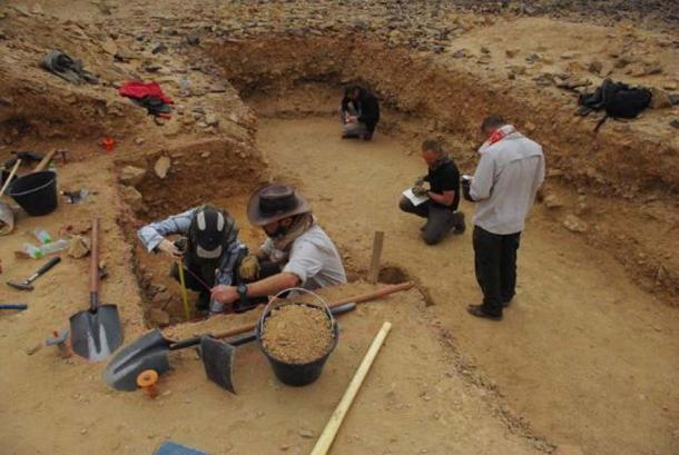 Archaeologists excavating the site of Saffaqah, Saudi Arabia. (Palaeodeserts)