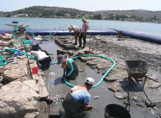 Archaeologists working at the site of the Salamis ruins. (Maraba / Greek Ministry of Culture)