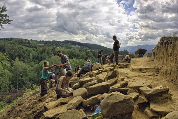 "Archaeologists working on ""Zyndram's Mountain"" at Maszkowice, Poland (CC by SA 4.0 / JJMaszko)"
