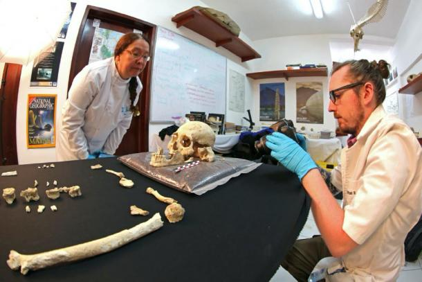 Archaeologists studying the skeleton found in the Chan Hol cenote cave. (Jerónimo Avilés Olguín / Heidelberg University)
