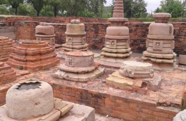 Vista general de las stupas votivas del Sudeste Asiático in situ conservados en el Sarnath excavado restos, Sarnath, Uttar Pradesh.