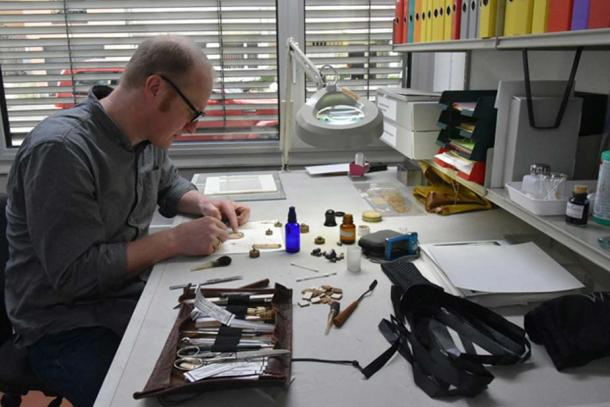 At the papyrus workshop: the conservation of papyrus requires above all craftsmanship, expertise and time. A specialized papyrus conservator was brought to Basel to make this 2,000-year-old document legible again. Image: University of Basel