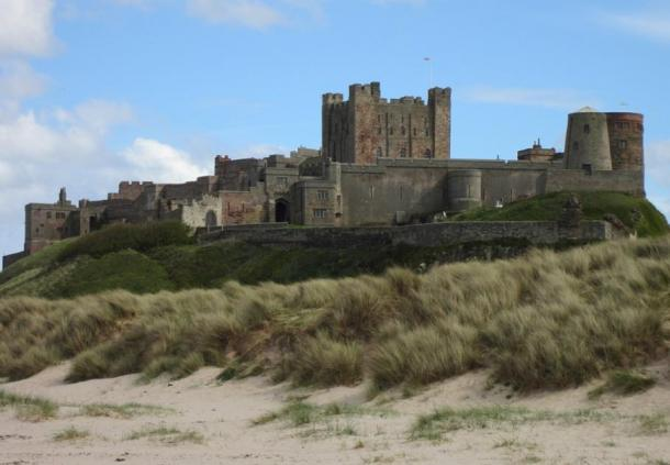 Bamburgh Castle and the sand dunes where the skeletons were discovered. (jon57 / Public Domain)