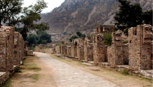 Locals believe that Princess Ratnavati must return to Bhangarh Fort to free the city from its curse