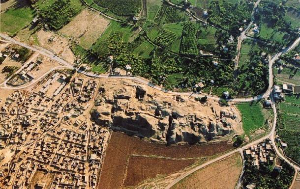 Birdseye view of the unearthed foundations at Tell es-Sultan in Jericho and the surrounding area, 2008. (Public Domain)