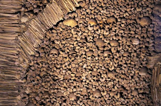Bone fragments and many skulls are found on the walls of the chapel.