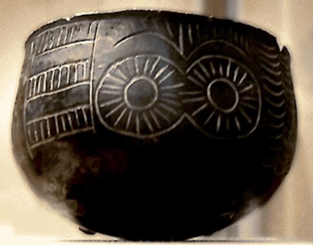 Bowl with ocular motifs from Los Millares, Iberia. (Locutus Borg / CC BY-SA 2.5)