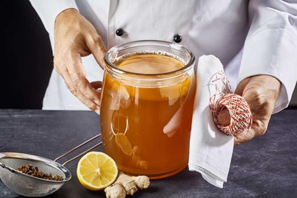Brewer preparing to seal a jar of fermenting kombucha. (exclusive-design / Adobe)