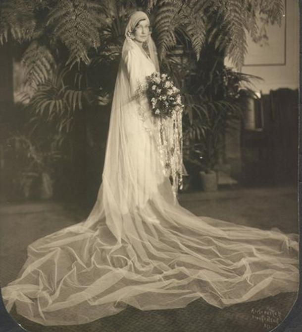 Bride in wedding dress with long veil. (Infrogmation / CC BY-SA 2.5)