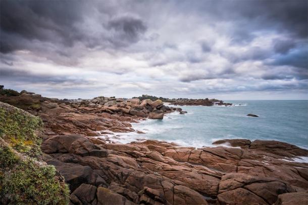 Brittany coast line where the Brittany Rock inscription denotes a tragedy. (453169 / Public Domain)