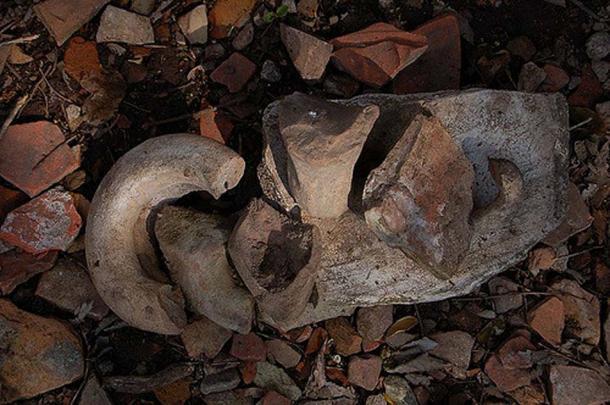 Broken amphorae on Monte Testaccio. (Alex/CC BY NC SA 2.0)