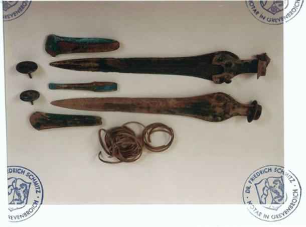 Bronze Age swords, axes and arm-rings allegedly found together with the Nebra Sky Disk. Condition before the finds were handed over to the Landesmuseum Halle. The correspondence of the photos with the originals was notarized on 25.1.2002. (Photo: Hildegard Burri-Bayer/Archäologische Informationen)