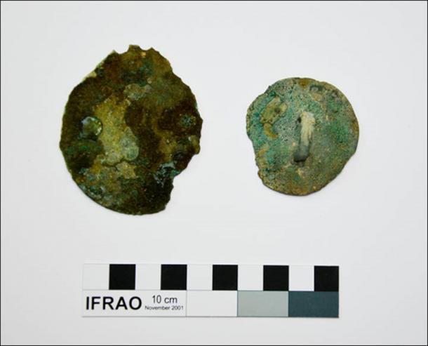 Bronze mirrors, golden foil and remnants of fur clothes were found in the tomb.