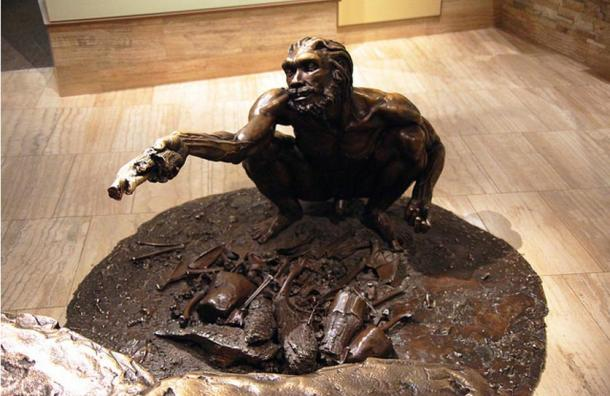 Bronze statue of male Homo heidelbergensis, Smithsonian Museum, Washington D.C., USA