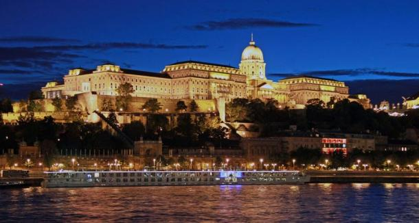 La increíble y extensa Castillo de Buda en Budapest, a orillas del río Danubio.