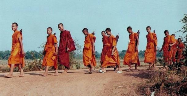 Monjes budistas en una peregrinación
