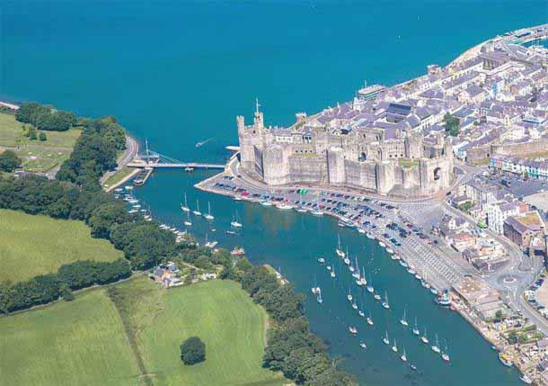 Caernarfon Castle was strategically important for any conquest of northern Wales. The person who controlled the Menai Strait was also in control of the region's food supply. ( Kadpot / CC BY-SA 4.0 )