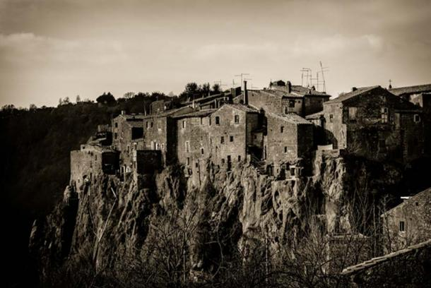 Calcata houses are built ominously close to the edge of the cliff. (Riccardo/CC BY-NC-SA 2.0)