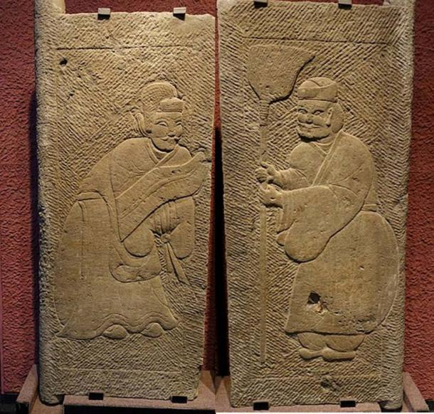 Carved reliefs on stone tomb doors showing men dressed in Hanfu, with one holding a shield (Public Domain), the other a broom (Public Domain), Eastern Han Dynasty (25–220 AD), from Lanjia Yard, Pi County, Sichuan province, Sichuan Provincial Museum of Chengdu.