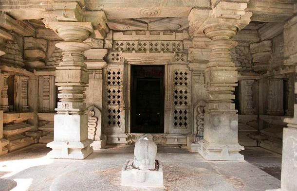 Carved stone pillars forming the Mukhamantapa entrance area of a Shiva temple (Mahabalaindia / CC)