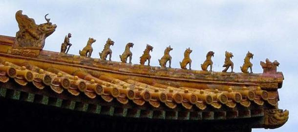 Ceramic figures decorating the Hall of Supreme Harmony at the Imperial Palace Museum. The 10 mystical beasts indicate the highest status in the empire for this building (CC BY-SA 1.0)
