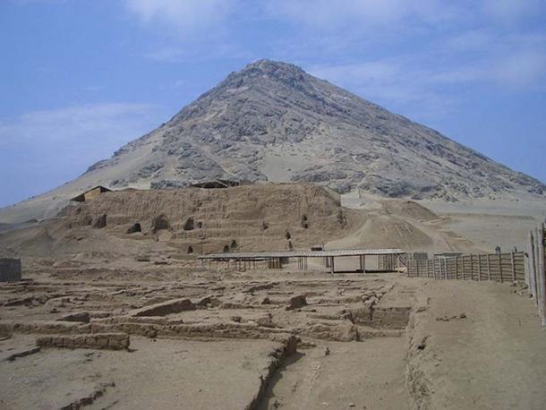 Cerro Blanco and Huaca de la Luna. (Chiwara/CC BY SA 3.0)