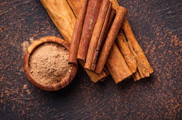 Ceylon cinnamon and cassia sticks and powder