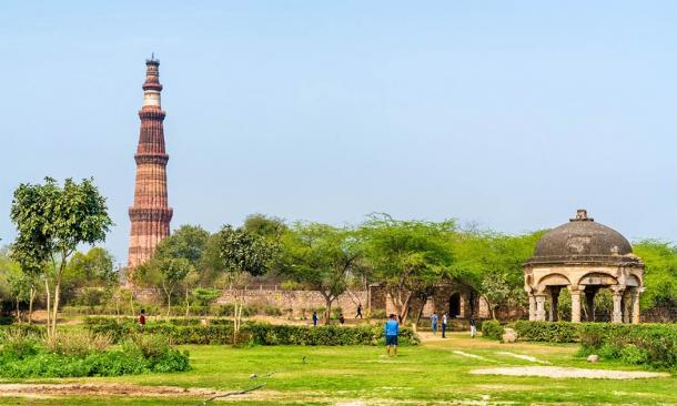 Qutb Minar and Chhatri at the Quli Khan Tomb, Delhi (Leonid Andronov / Adobe Stock)