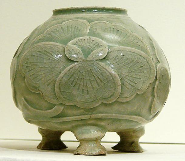 Chinese celadon with cut-out and engraved decoration, 10th century.