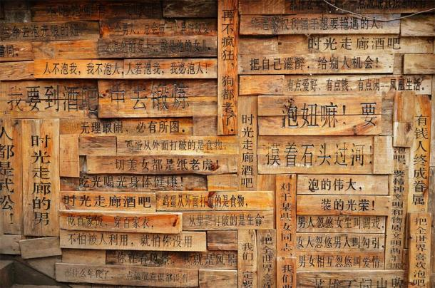 Chinese writings on wood pallets. (kravka / Adobe stock)
