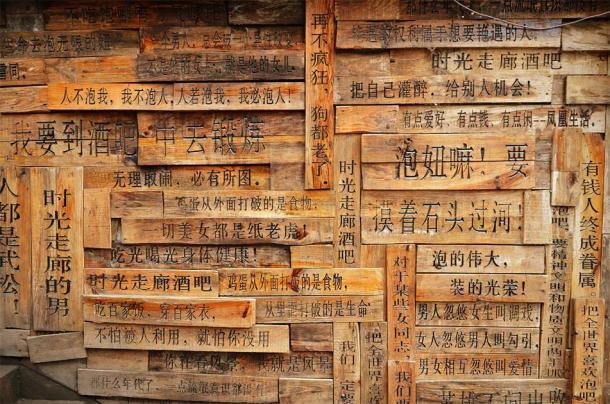 Chinese writings on wood pallets. (kravka / Adobe stock)