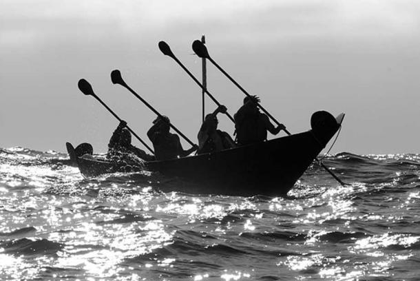 Remadores de Chumash Tomol 'Elye'wun cruzando a Ilha de Santa Cruz.  Califórnia, Channel Islands NMS, Santa Cruz Island.