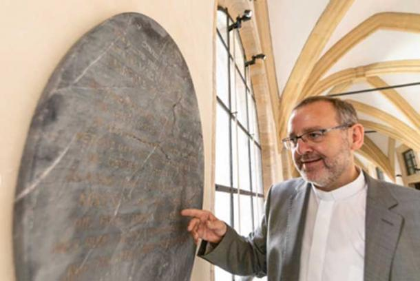 Church official Norbert Jung with the gravestone of Snow White, which only resurfaced recently. © Press Office Archdiocese of Bamburg/ Dominik Schreiner / Fair Use.