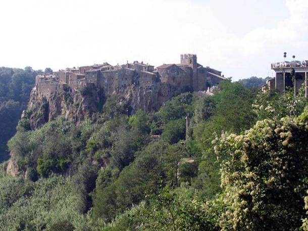 Cliff top town of Calcata, Italy. (CC BY-SA 2.5)