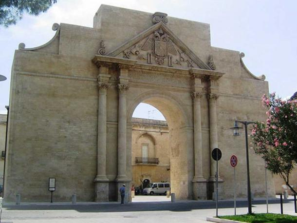 Conservation of the city gate in Lecce, Italy, undertaken according to the Venice Charter. (Colar~commonswiki / Public Domain)