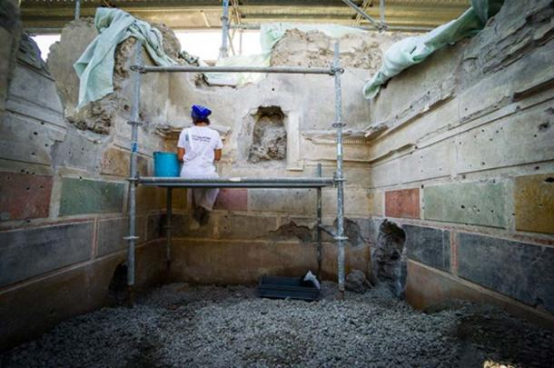 Conservation works in the painted blockwork on plaster. (Image: Parco Archeologico Di Pompeii)