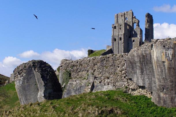 Castillo de Corfe; dentro de cuyo calabozo Maud de Braose y su hijo William murieron de hambre. (CC BY-SA 3.0)