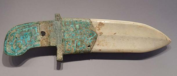 Dagger-Axe with Curved End, China, Shang dynasty, 12th-11th century BC, bronze haft inlaid with turquoise, nephrite blade. (Public Domain)