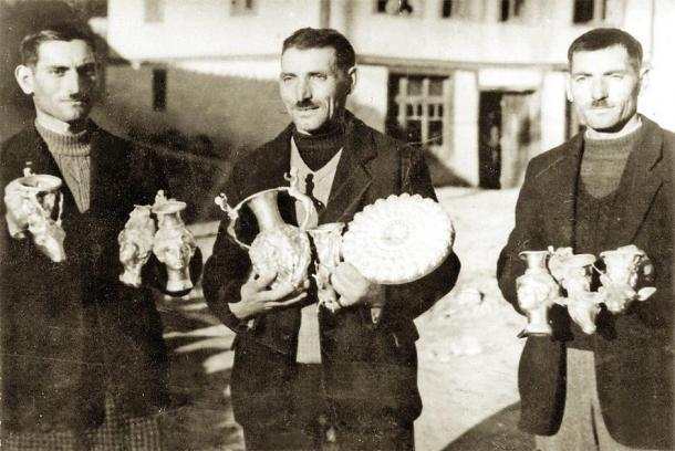 The Deikov brothers holding the Panagyurishte Treasure in 1949. (Simiprof / CC BY-SA 4.0)