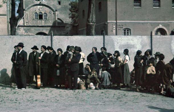 Deportation of Roma and Sinti from Asperg, Germany, 1940. (Bundesarchiv, R 165 Bild-244-48/CC BY SA 3.0)