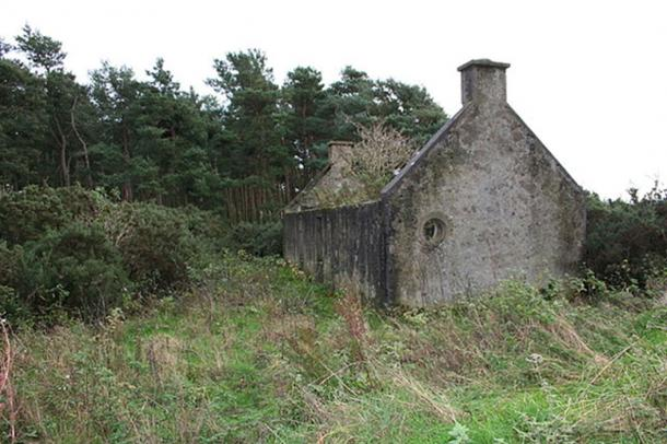 Derelict modern 'but and ben' house near Lochhill, Scotland. (Des Colhoun / CC BY-SA 2.0)