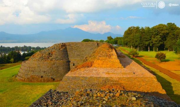 Detail of the Tzintzuntzan pyramid structures with Lake Pátzcuaro in the background. (INAH)