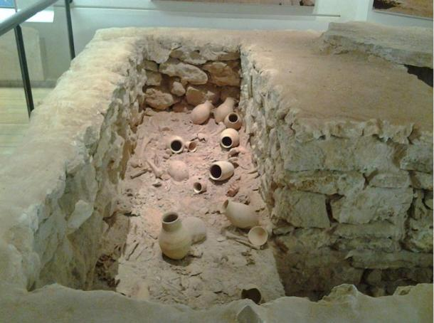 Reconstruction of a Dilmun mass grave at the Bahrain National Museum.